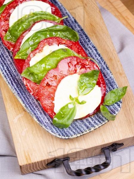 Лятна салата Капрезе с розови домати, моцарела и пресен босилек - снимка на рецептата